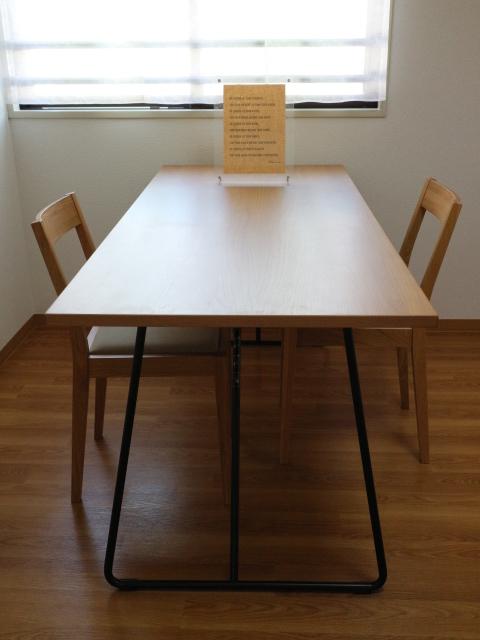 『完全MUJI化計画』推進中の我がオフィスでは、大き目の『折りたたみテーブル』≪幅160×奥行70×高さ72cm≫を使っています。