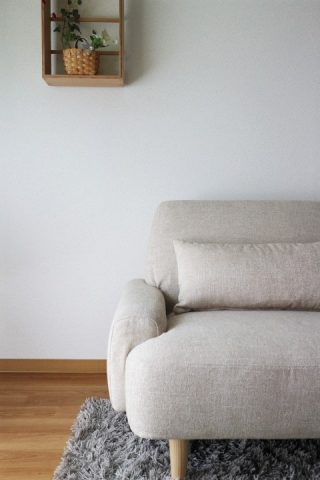 おしゃれな北欧インテリアなら「unico(ウニコ)」のシンプルソファーで古い賃貸マンションのリビングを模様替え